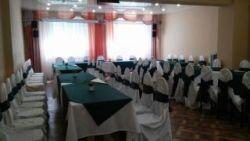 Оформление столов в бело-зеленом цвете