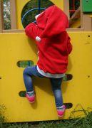 Яркий цвет кофточки и объёмный капюшон с помпошкой очень понравятся вашему ребёнку!