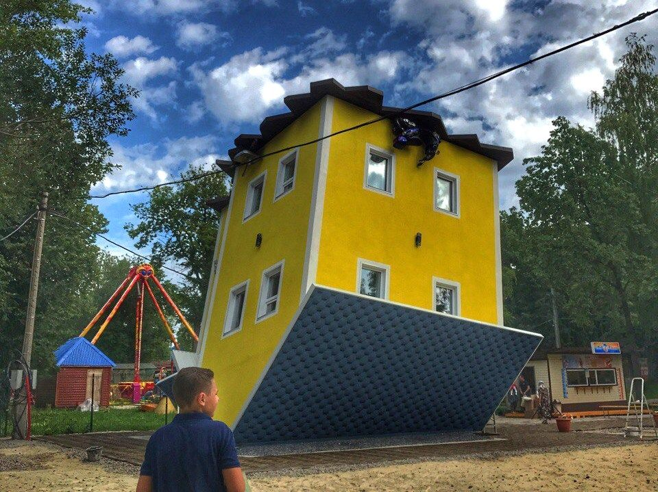 Дом кувырком