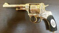 Револьвер в золоте
