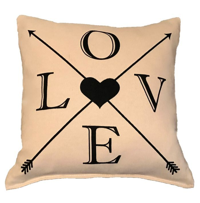 """Декоративная подушка с надписью """"Love"""""""