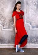 Красное летнее платье украшено тонкими чёрными киперными лентами, которые создают интересный эффект портупеи.