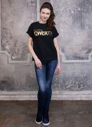 Свободный крой и натуральный состав ткани делают эту черную женскую футболку незаменимой для жаркого лета.