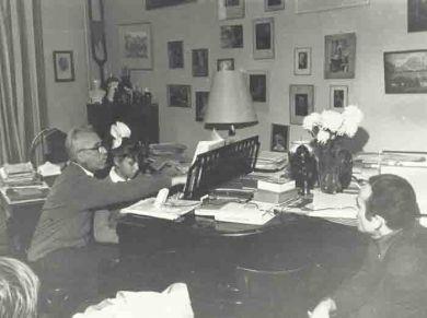 Учащаяся 7 класса общеобразовательной школы г. Днепропетровска со своим учителем музыки на консультации у Д.Кабалевского. 1969 г.