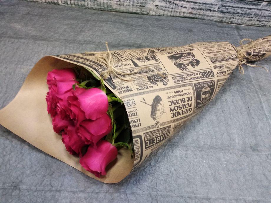9 ярких роз в крафте