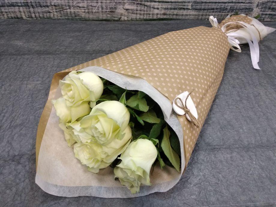 9 белых ароматных роз