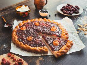 Пирог с ягодами (малина, брусника, вишня)