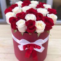 25 бело-красных роз в шляпной коробке