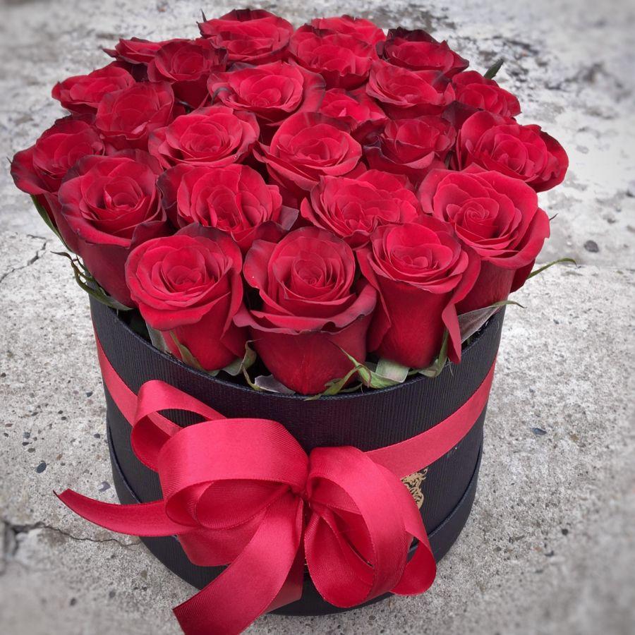 25 красных роз в шляпной коробке