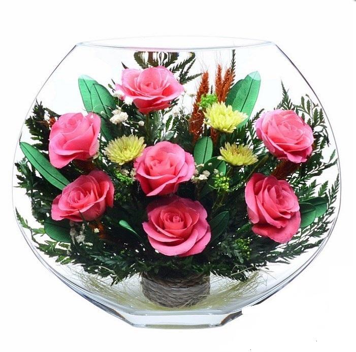 Розовые розы в стекле