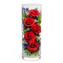 Пять красных роз в вазе
