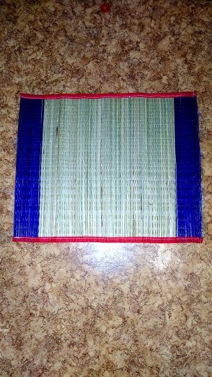 Циновка для медитации из соломы и пластика изготовленная во Вриндаване.