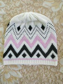 Кашемировая мягкая вязаная шапка со знаменитым шотландским орнаментом Фейр Айл ZIG ZAG FAIRISLE HAT  White/Lolita/Black
