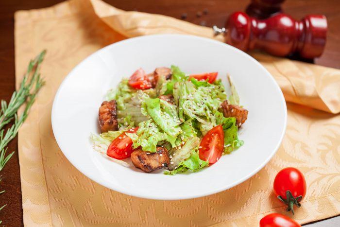 Салат теплый с семгой