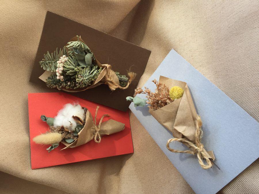 Открытка ручной работы с букетом сухоцветов