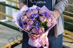 Букет из ирисов с кенийской розой и зеленью