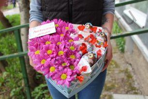 Коробочка с хризантемами и сладостями