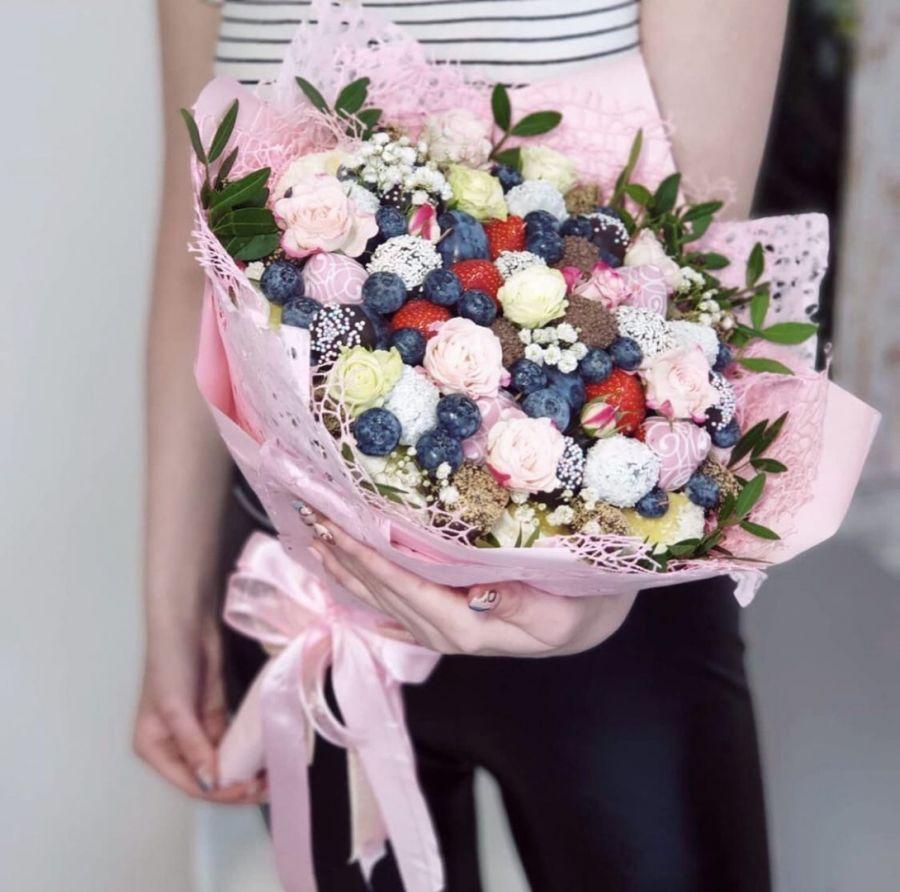 Букет из клубники и фруктов с цветами №8