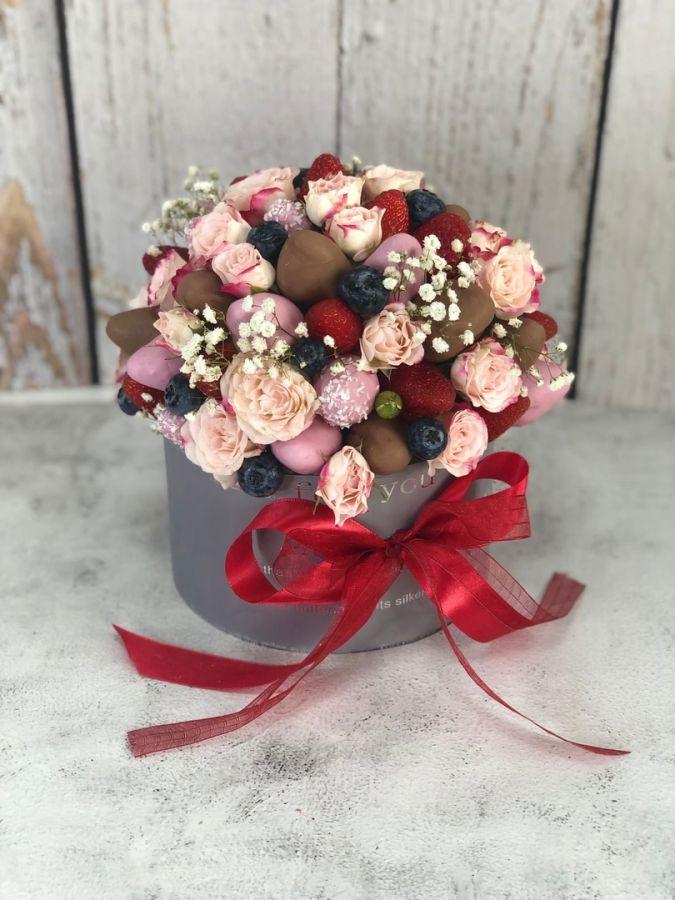 Шляпная коробка с клубникой и цветами