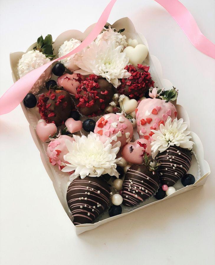 Клубника в шоколаде 12 штук с цветами