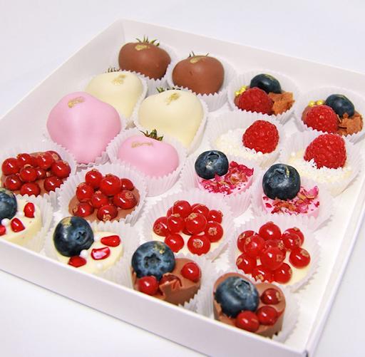Шоколадный набор с конфетами и клубникой