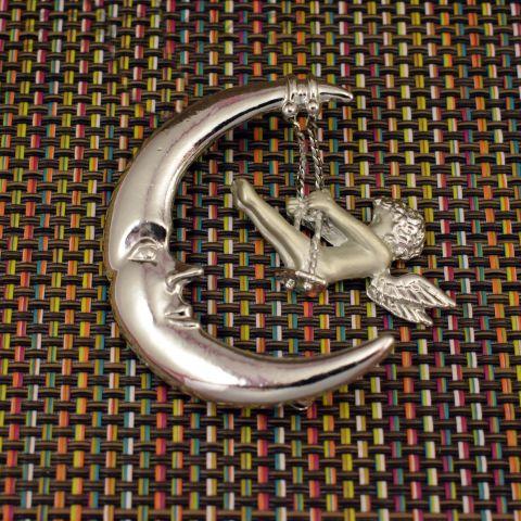 "Брошь ""Ангелочек на луне"" цвет серебра (AJC США)"
