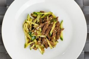 Салат из отварной говядины со свежим огурцом 100г