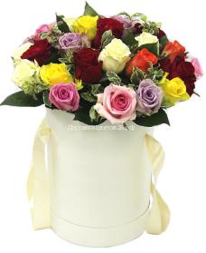 Шляпная коробка с разноцветными розами