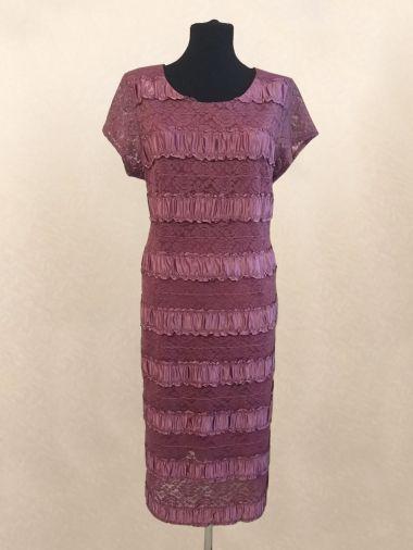 Платье выполнено из комбинации стрейчевого гипюра и атласа