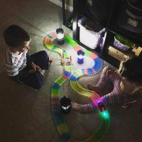 дети играют с magic-tracks