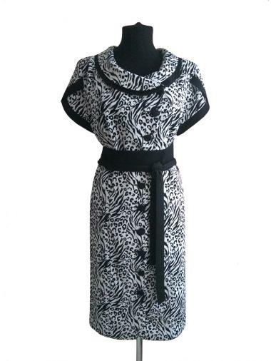 Черно-белое трикотажное платье с поясом