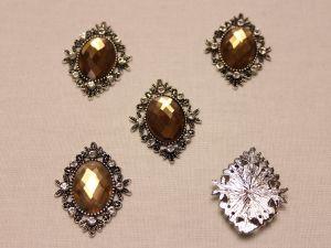 Кабошон со стразами, ромб, цвет основы: серебро, цвет стразы: коричневый, размер: 33х26мм (1уп = 10шт)