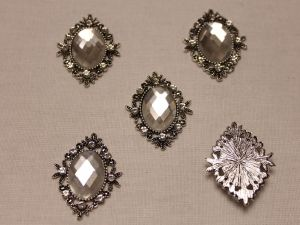 Кабошон со стразами, ромб, цвет основы: серебро, цвет стразы: прозрачный, размер: 33х26мм (1уп = 10шт)