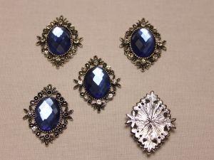 Кабошон со стразами, ромб, цвет основы: серебро, цвет стразы: синий, размер: 33х26мм (1уп = 10шт)