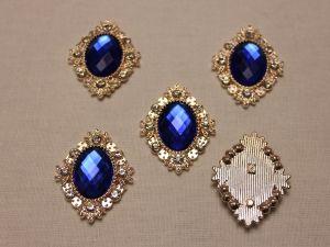 Кабошон со стразами, ромб, цвет основы: золото, цвет стразы: синий, размер: 33х26мм (1уп = 10шт)