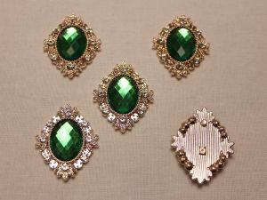 Кабошон со стразами, ромб, цвет основы: золото, цвет стразы: зеленый, размер: 33х26мм (1уп = 10шт)
