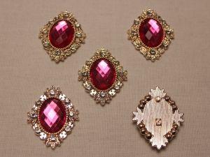 Кабошон со стразами, ромб, цвет основы: золото, цвет стразы: розовый, размер: 33х26мм (1уп = 10шт)