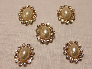 Кабошон со стразами, овал, цвет основы: золото, цвет стразы: перламутровый, размер: 23х19мм (1уп = 10шт)