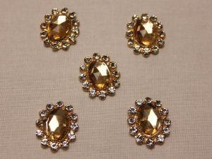 Кабошон со стразами, овал, цвет основы: золото, цвет стразы: бежевый, размер: 23х19мм (1уп = 10шт)