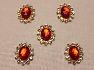 Кабошон со стразами, овал, цвет основы: золото, цвет стразы: красный, размер: 23х19мм (1уп = 10шт)