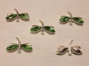 """Кабошон со стразами """"Стрекоза"""", цвет основы: серебро, цвет стразы: зеленый, размер: 30х20мм (1уп = 10шт)"""