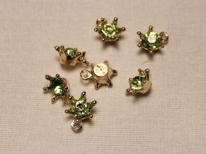 """Подвеска со стразами """"Корона"""", цвет основы: золото, цвет стразы: зеленый, размер: 12х15мм (1уп = 10шт)"""