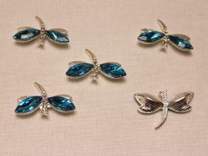 """`Кабошон со стразами """"Стрекоза"""", цвет основы: серебро, цвет стразы: голубой, размер: 30х20мм"""