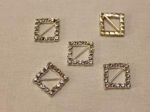 """`Кабошон со стразами """"Пряжка, квадрат, диагональ"""", цвет основы: серебро, цвет страз: прозрачный, размер: 15 мм"""