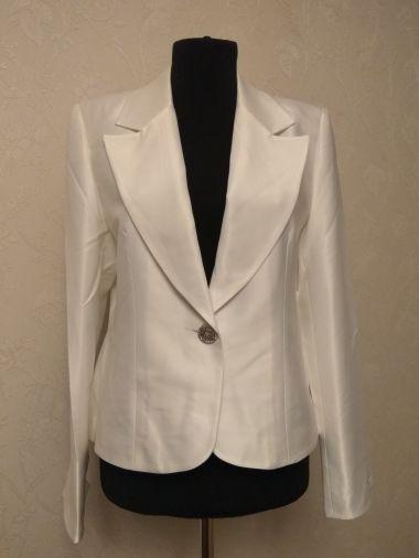 Пиджак белый из атласной ткани