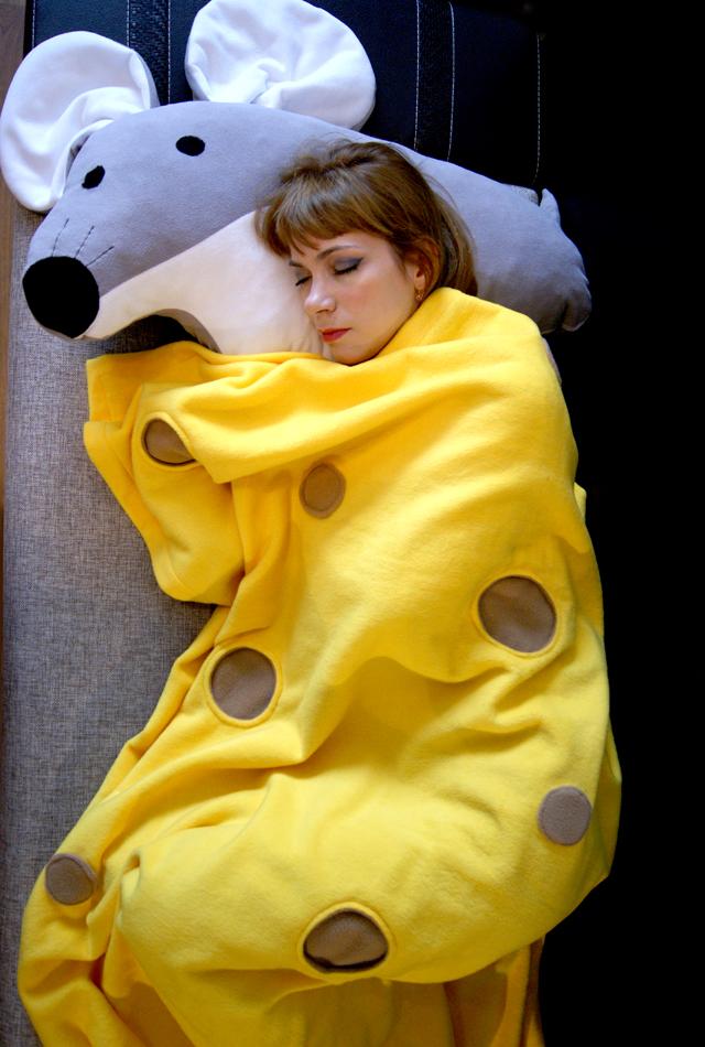 Огромная подушка мышка и желтый плед сыр