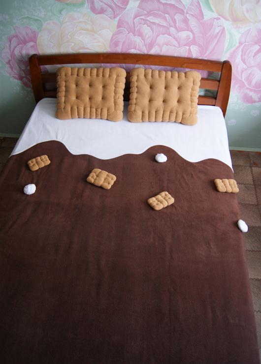 Плед с печеньями и подушки крекер для сладкоежки