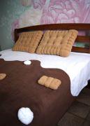 Этот замечательный «вкусный» комплект на кровать (или диван) сможет преобразить вашу комнату и создать интересный стиль.