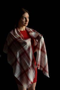 """легкий тонкорунный широкий шарф , винный цвет Мерло ( клетка)  """" Merlot Merino Tartan 100% шерсть мериноса,   плотность 3"""