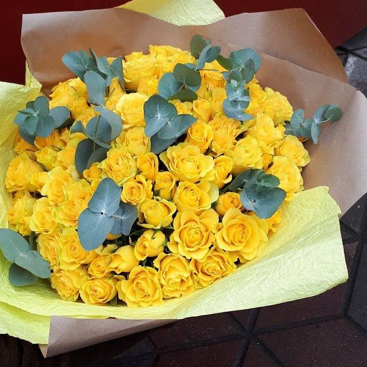 101 желтая роза с эвкалиптом